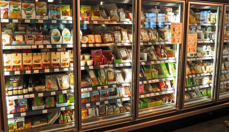 Produtos veganos em um supermercado.