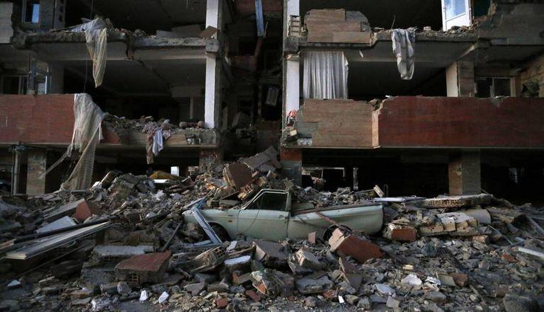 Edifício em escombros após o terremoto em Sarpol-e Zahab (Irã).