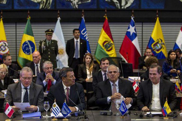 Os ministros de exteriores de Uruguai, Peru e Equador, na reunião da Unasul.