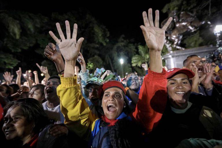 Chavistas participam de celebração em Caracas, após as eleições de domingo (30).