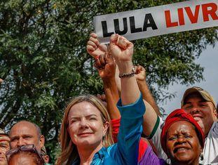 Gleisi Hoffmann em visita à vigília de Lula, em Curitiba.
