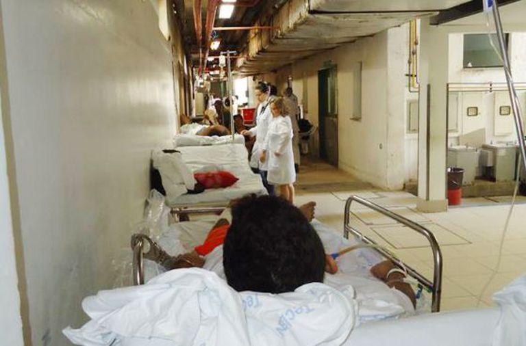 Pacientes flagrados deitados em macas de hospital do Ceará.