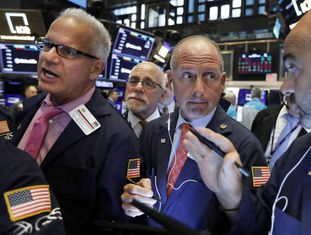 'Brokers' no interior da Bolsa de Nova York.