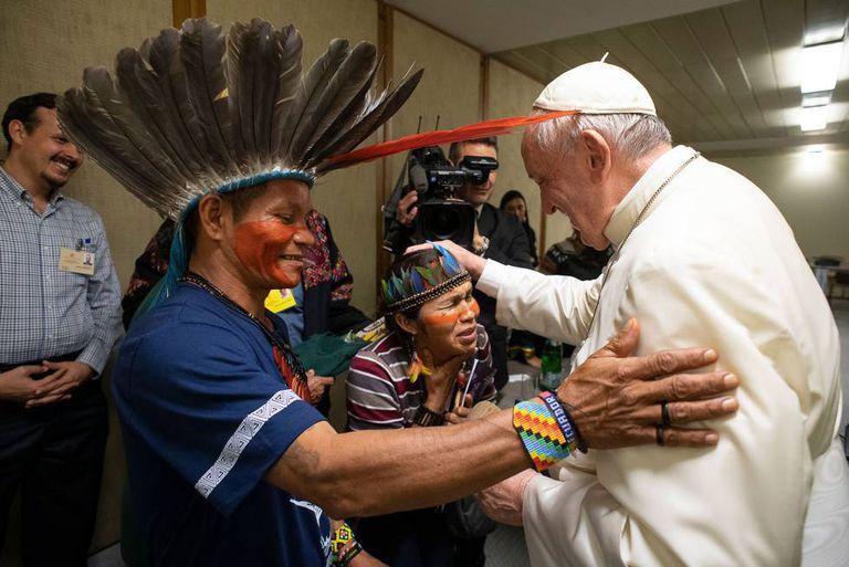 O papa Francisco recebe pessoas da Amazônia durante o sínodo, no último dia 17.