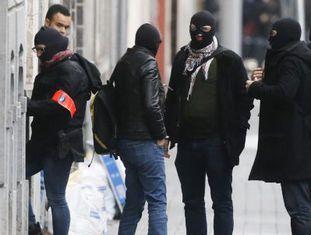 Policiais durante uma operação em Molenbeek, Bruxelas.