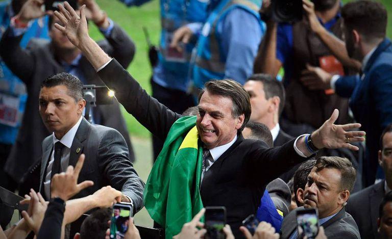 Bolsonaro se exibe para torcedores no intervalo de jogo no Mineirão.