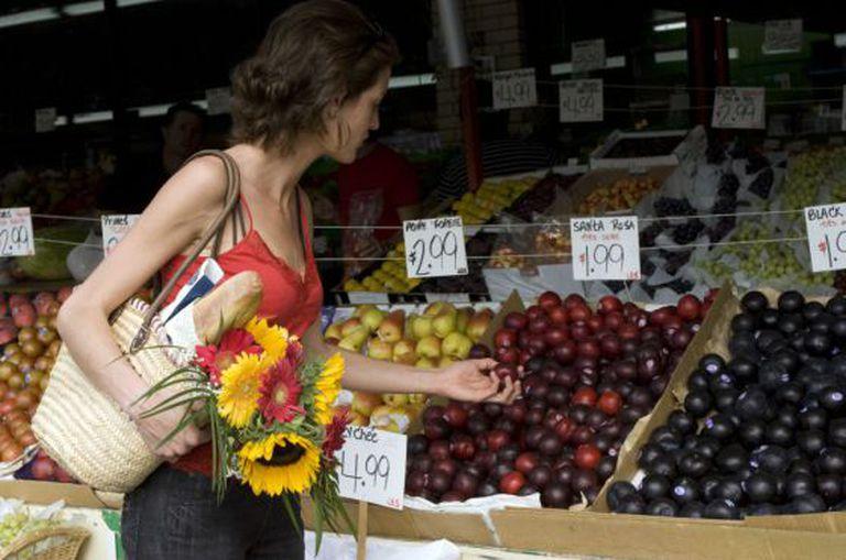 Uma mulher compra no mercado Jean-Talon, em Montreal