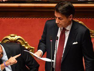 Giuseppe Conte e Matteo Salvini durante plenário no Senado.