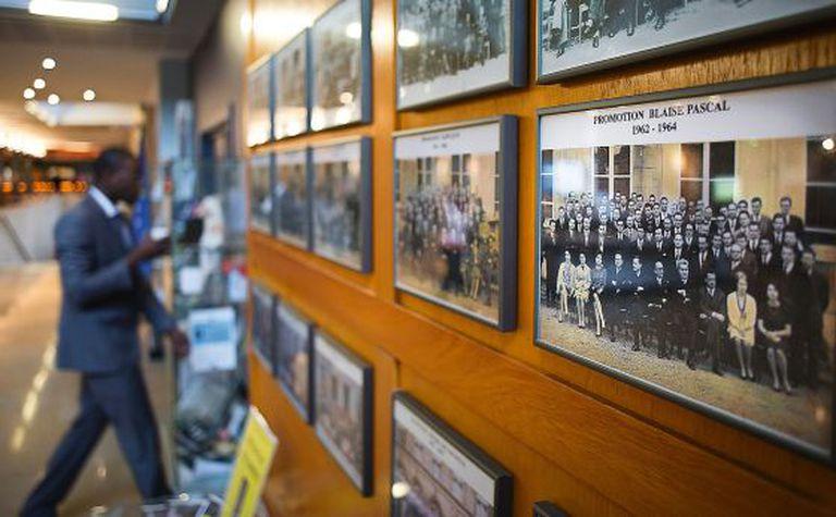 Interior da Écola Nationale d'Adminsitration. Em suas paredes, há fotos de personalidades da política e do mundo empresarial francês que por ali passaram.