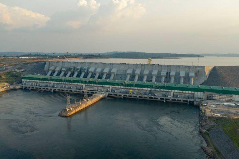 A barragem, chamada de Belo Monstro pelas famílias expulsas de suas casas, terras e ilhas, hoje se impõe na paisagem cortando o Xingu