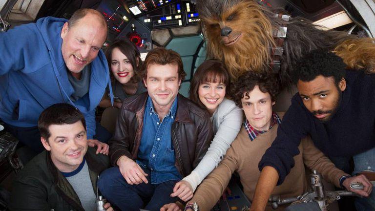 Única imagem publicada do filme sobre a juventude de Han Solo (Alden Ehrenreich, no centro, de jaqueta).