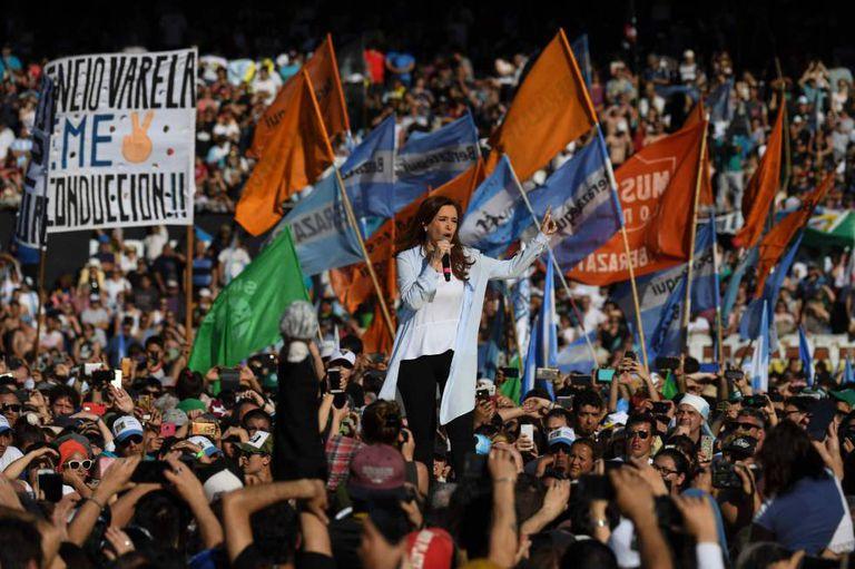 Cristina Kirchner em comício eleitoral no estádio do Racing.