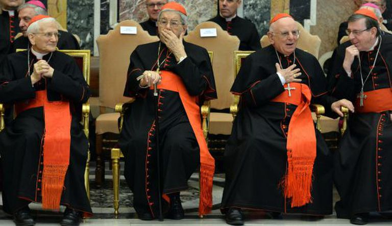 Os cardinales esperam o discurso do Papa.