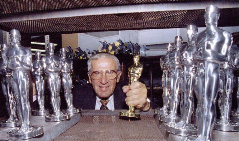 Owen Siegel posa com uma estatueta e outras prateadas, em sua fábrica de Chicago, em 1995.