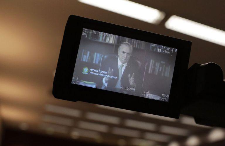 Câmera exibe a mensagem gravada pelo vice Michel Temer, em Lisboa.