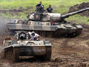 Carro de combate AMX-30 do Exército venezuelano durante manobras; ao fundo, em uma imagem de arquivo.