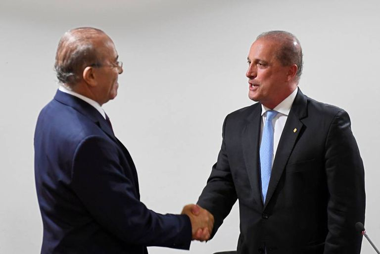 Onyx Lorenzoni (D),futuro ministro da Casa Civil, se encontra com Eliseu Padilha, o atual titular da pasta, na última quarta-feira.
