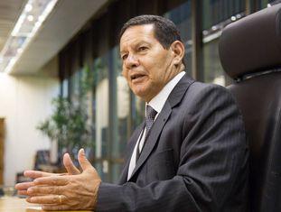 O vice-presidente, Hamilton Mourão, em seu gabinete, em Brasília.