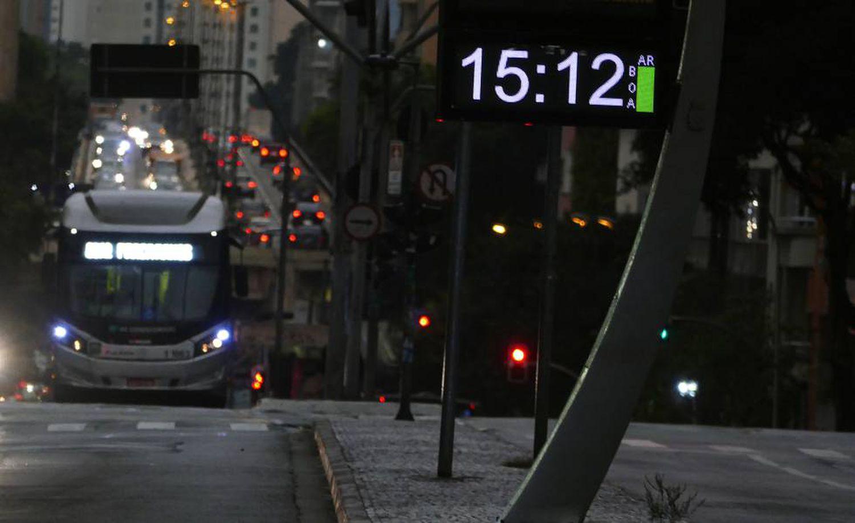 A escuridão toma conta de São Paulo no meio da tarde.