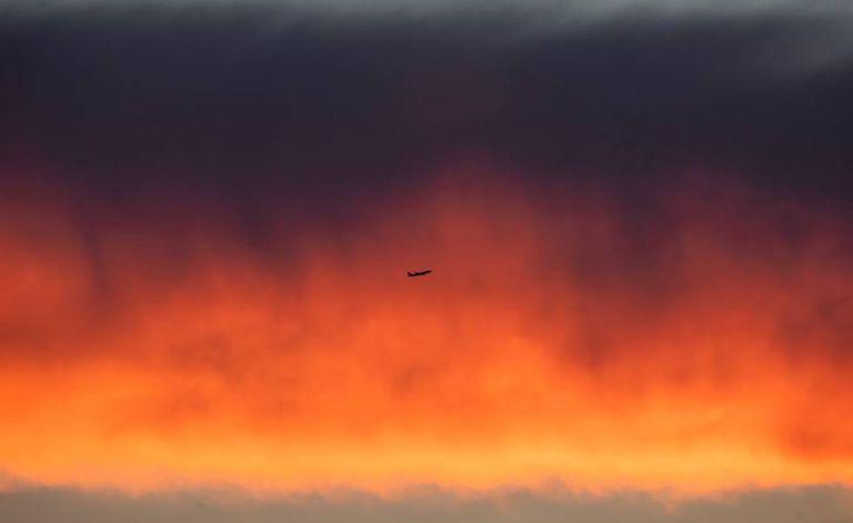 Um avião sulca o horizonte, em 9 de agosto de 2018, em Frankfurt, Alemanha.