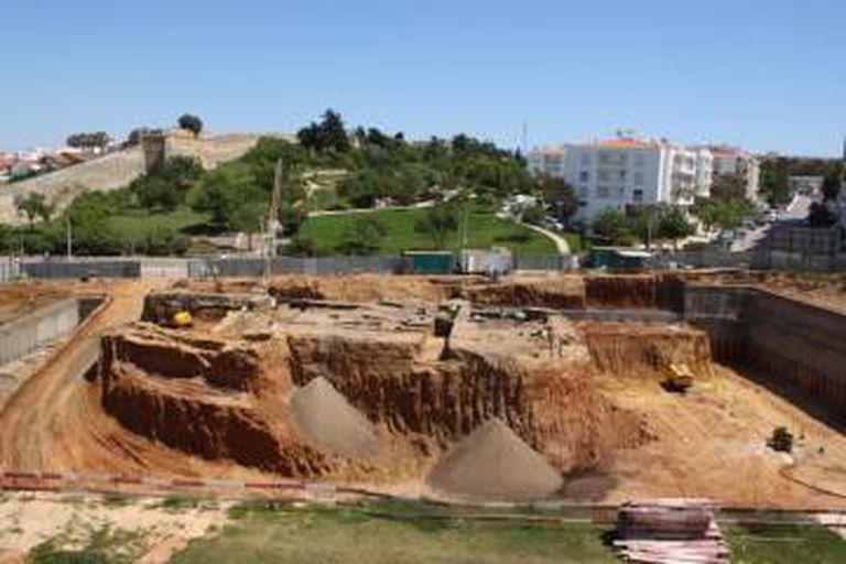 Escavação do estacionamento, no centro o depósito de lixo com os corpos.