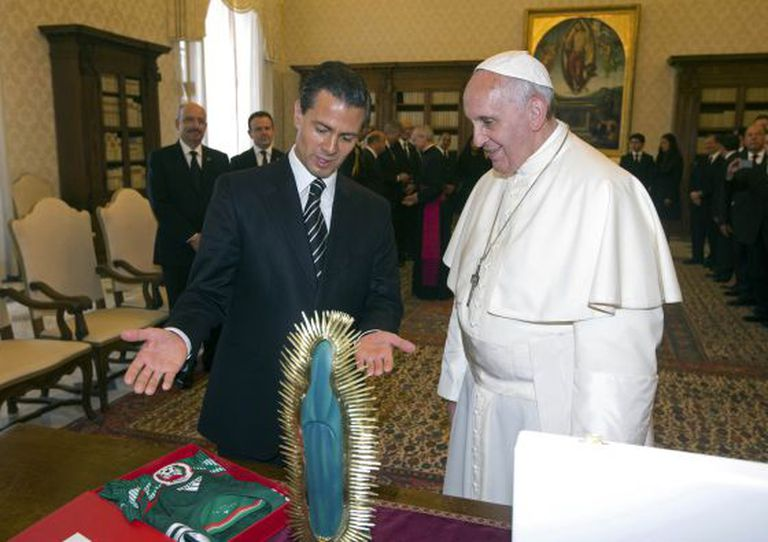 O presidente mexicano, Enrique Peña Nieto, entrega presentes ao Papa / Reuters
