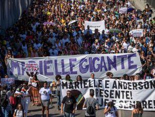 Protesto contra morte da vereadora reuniu centenas de pessoas em frente à favela da Maré neste domingo