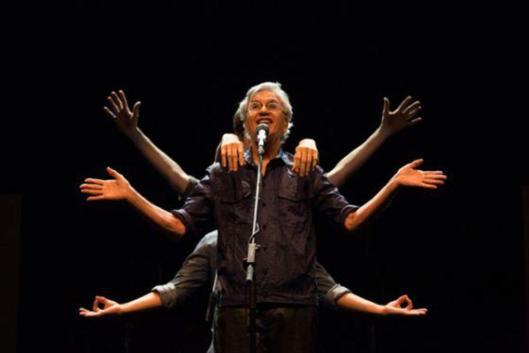 Caetano Veloso, durante um show.