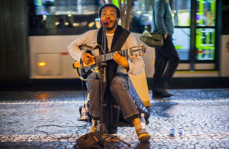 Artista de rua se apresenta na Paulista.