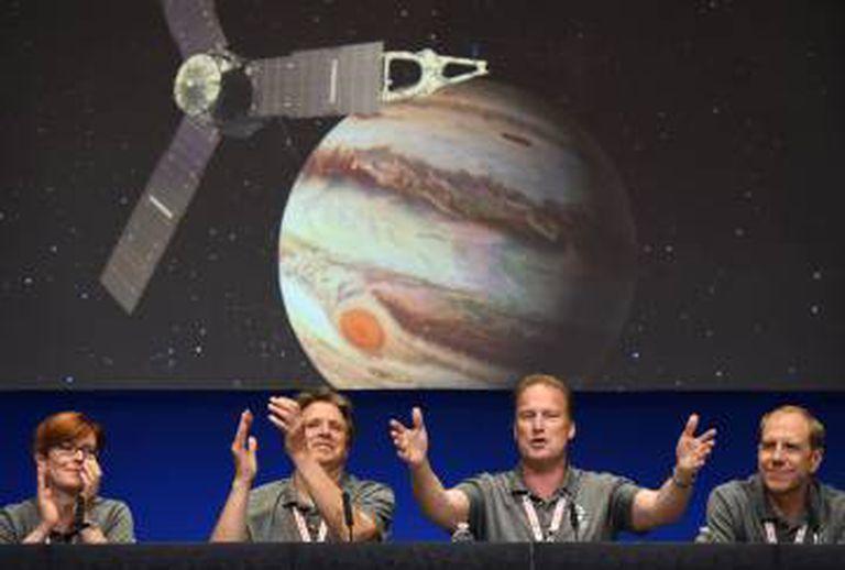 Equipe da NASA comemora a chegada de 'Juno' a Júpiter.