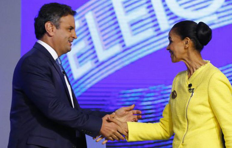Aécio Neves cumprimenta Marina Silva no debate.