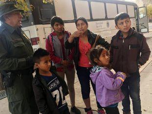 Uma família de imigrantes centro-americanos em frente a um albergue em El Paso, Texas, em 29 de novembro.
