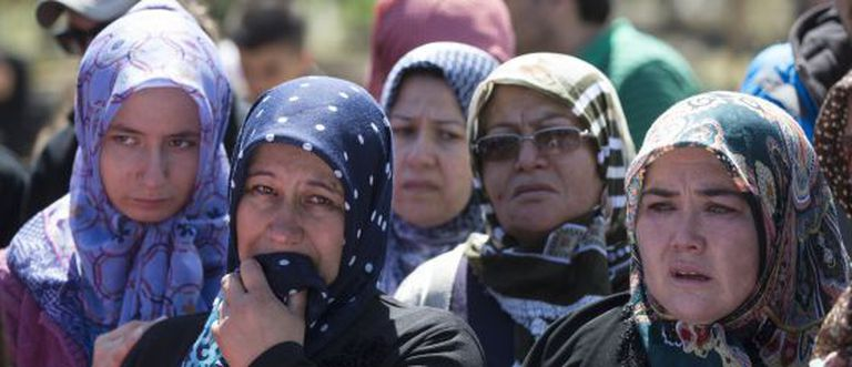 Familiares e amigos dos mortos na explosão da mina rezam durante o enterro das vítimas em Soma, Turquia.