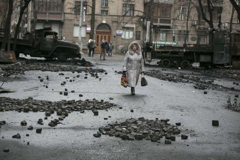 Uma mulher neste domingo em Kiev.