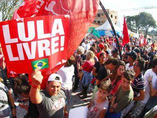 Protesto a favor de Lula na frente da PF, em Curitiba.