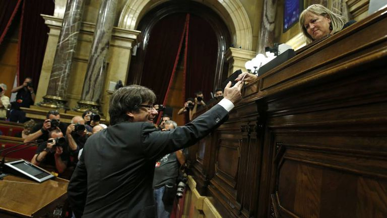 Voto do presidente da Generalitat, Carles Puigdemont, no Parlament