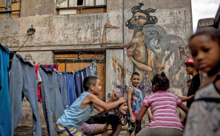 Um grupo de crianças joga em Preste Maia.