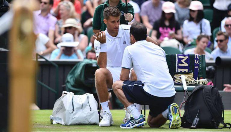 Klizan é atendido durante a partida contra Djokovic.