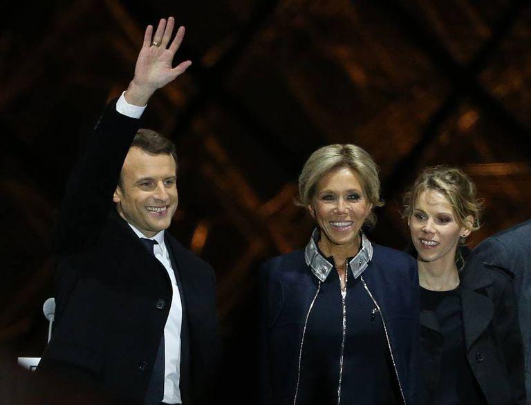 Emmanuel Macron comemora sua vitória em maio de 2017 com a esposa, Brigitte, e a filha desta, Tiphaine Auzière.