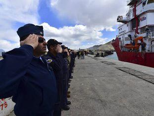 Marinheiros argentinos e norte-americanos se despedem em Comodoro Rivadávia do navio norueguês Sophie Siem, portador da nave de resgate enviada pelos EUA.