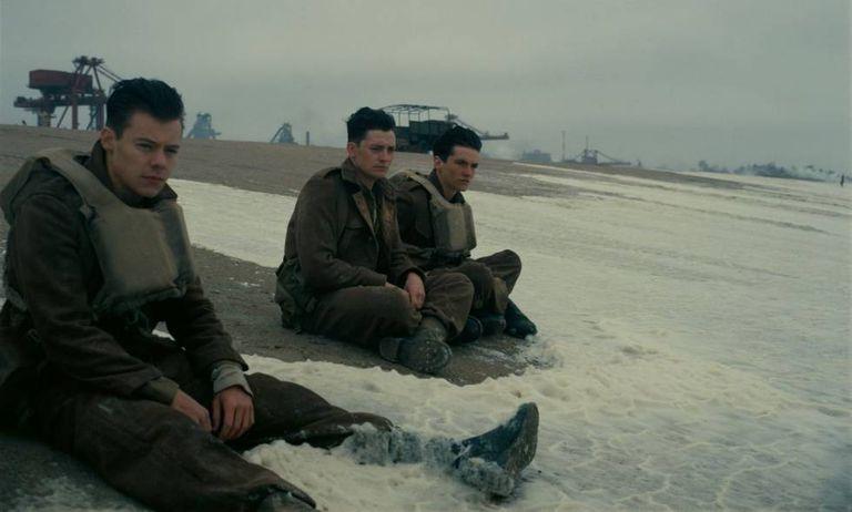 Harry Stiles (esquerda), Aneurin Barnard e Fionn Whitehead em Dunkirk.