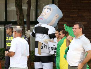 Manifestantes celebram investigação da Polícia Federal sobre Lula.