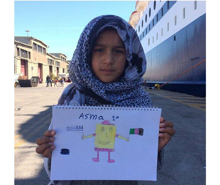 """Asma, de 10 anos, do Afeganistão: """"Na direita: a bandeira do meu país. Na esquerda, da Grécia, onde eu vivo hoje. E no meio o Bob Esponja, que é o meu desenho favorito. Mas eu não assisto mais, porque não tem TV aqui no porto""""."""