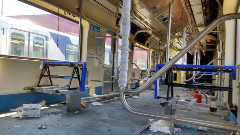 Segundo metroviários, trem em processo de desmonte.