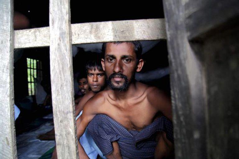 Várias pessoas da minoria rohingya de Bangladesh, em um acampamento de refugiados na Birmânia.
