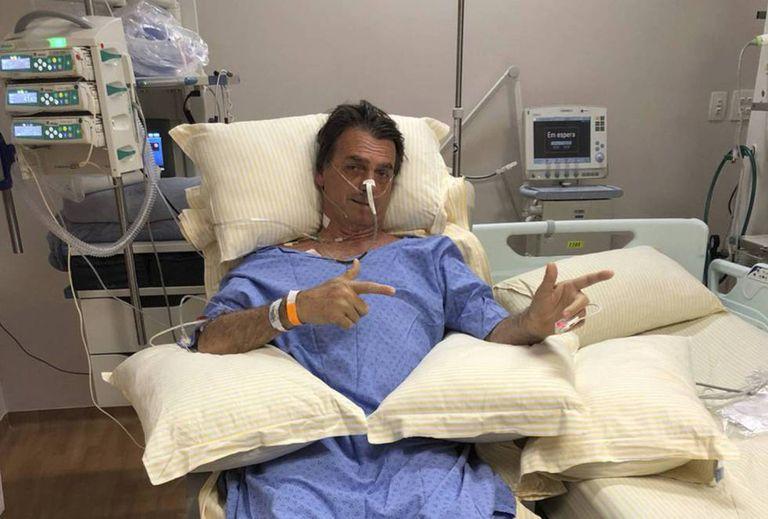 Bolsonaro faz gesto de uma arma com as mãos em foto publicada pelo filho nas redes sociais.
