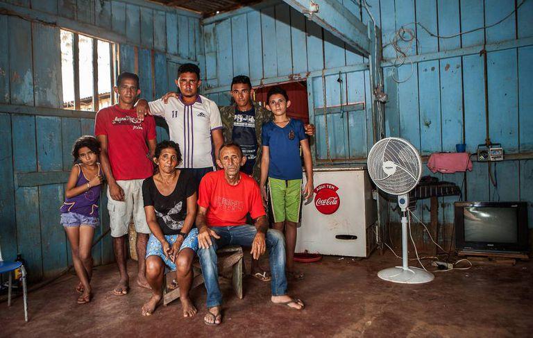 A primeira não-casa: a família de Otávio das Chagas na casa alugada na periferia de Altamira, em novembro de 2014.