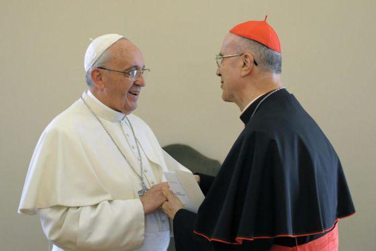 O cardeal Tarcisio Bertone durante despedindo-se do papa Francisco no Vaticano, em 15 de outubro. (Fotogaleria em espanhol)