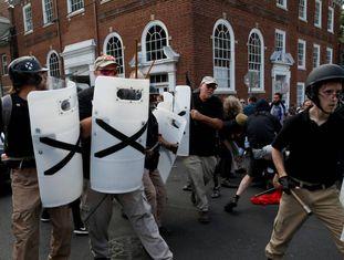 Membros de um grupo de supremacia branca este verão durante os distúrbios em Charlottesville.
