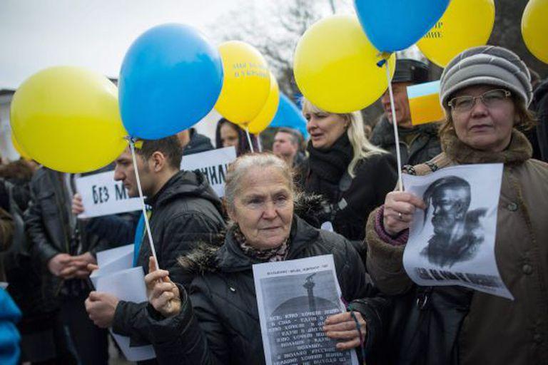 Uma manifestação a favor da permanência da Crimeia na Ucrânia, neste domingo em Simferópol.